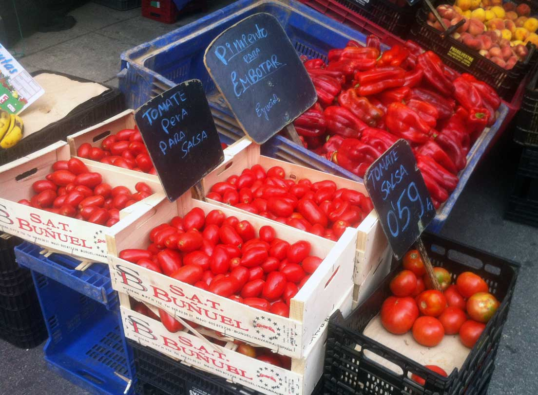 Pimientos y tomates en el mercado de Ponferrada